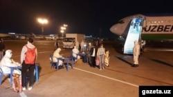 Узбекистанцы, возвращенные на родину чартерным рейсом после объявления пандемии коронавируса.