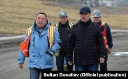 Президент Садыр Жапаров (справа) и внешний управляющий Тенгиз Болтурук на руднике Кумтор. 15 июня 2021 года.