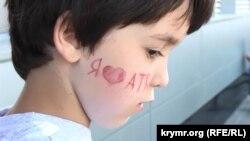 Дитина на святі з нагоди дня народження першого кримськотатарського телеканалу ATR