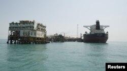 منصة لتحميل النفط العراقي في البصرة
