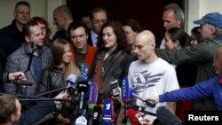 Александр Погребов (первый справа) и бейсджамперы Анна Лепёшкина, Алексей Широкожухов и Евгения Короткова выступают перед журналистами после судебного заседания
