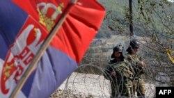 НАТО сарбаздары күзетіп тұрған Сербия мен Косово арасындағы Ярине шекара бекеті. Суреттің сол жағында - Сербия туы. 28 қыркүйек 2011 ж.