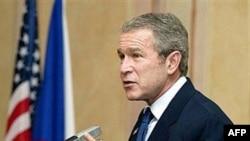 Președintele George W. Bush la summitul Nato de la Praga în 2002