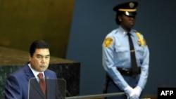 Türkmenistanyň prezidenti Gurbanguly Berdimuhamedow BMG-niň Baş assambleýasynda çykyş edýär, Nýu-Ýork, 2009-njy ýylyň 23-nji sentýabry.