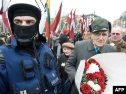 Alman ordusunda Latvia legionunun üzvləri olmuş veteranlar Riqada anım mərasimi keçirir. 16 mart 2009