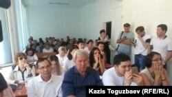 Комната в здании суда, в которой сидят журналисты и наблюдатели, пришедшие на процесс по делу Искандера Еримбетова. Алматы, 27 июня 2018 года.