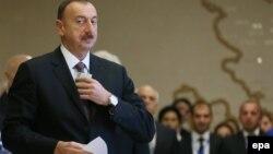 Әзербайжан президенті Ильхам Әлиев сайлау учаскесінде дауыс бергелі тұр. Баку, 9 қазан 2013 жыл.