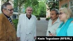 Участники первого судебного разбирательства по иску к журналисту Таукиной: Розлана Таукина (справа), собаковод-любитель Айбол Алпысбаев (второй справа), эксперт-кинолог Владимир Экк (второй слева). Алматы, 7 июня 2017 года.