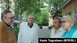 Участники суда по иску замакима: ответчик –журналист Розлана Таукина (справа), свидетели – собаковод-любитель Айбол Алпысбаев (второй справа) и эксперт-кинолог Владимир Экк (второй слева). Алматы, 7 июня 2017 года.
