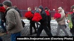 Люди несут цветы на могилу Сталина. Фото: Алексей Наседкин
