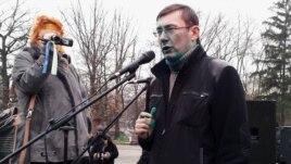 Yuriy Lutsenko speaks in Kharkiv after being doused on December 28.
