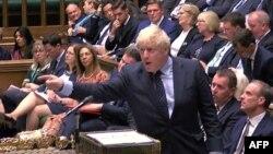 Премьер-министр Великобритании Борис Джонсон выступает во время дебатов в парламенте