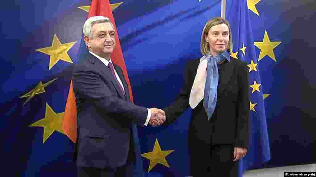 БЕЛГИЈА - Лидерите на ЕУ закажаа состанок со цел продлабочување на врските со шест источни соседи на ЕУ. Таканарешеното Источно партнерство е дизајнирано да ја зајакне трговијата и да ги промовира европските вредности во Ерменија, Азербејџан, Белорусија, Грузија, Молдавија и Украина. За првпат е поканет лидерот на Белорусија Александар Лукашенко, но тој најави дека ќе го прескокне собирот.