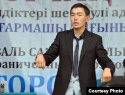 Бауыржан Үйсіп сахнада өнер көрсетіп тұр. Теміртау, 15 маусым 2013 жыл.