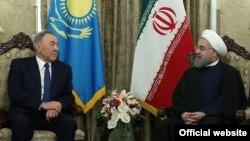 Қазақстан президенті Нұрсұлтан Назарбаев Иран президенті Хассан Роуханимен кездесіп отыр. Тегеран, 11 сәуір 2016 жыл.