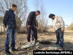 Жители деревни на месте аварии