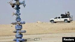 دورية عراقية في حقل عكاز الغازي بمحافظة الأنبار