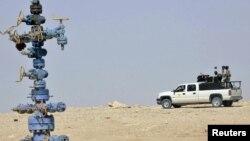 دورية عراقية تحرس حقل غازي في الأنبار