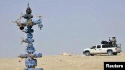 دورية للجيش العراقي تحرس حقل عكاز الغازي في الأنبار