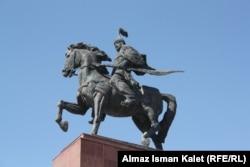"""Бишкектин """"Ала-Тоо"""" аянтындагы Манастын айкели. 24.9.2011."""