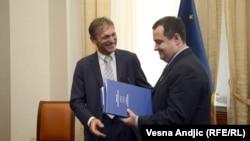 Vensan Dežer uručio Ivici Dačiću novi Izveštaj Evropske komisije, Beograd, 10. oktobar 2012.