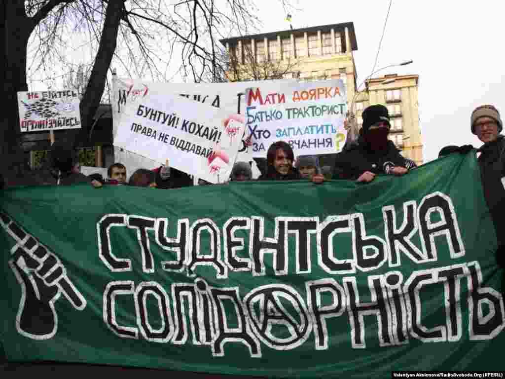 Більше ніж сто демонстрантів розмістилися на пішохідній частині вулиці перед будівлею, в якій об 11:00 почалося засідання погоджувальної ради парламенту