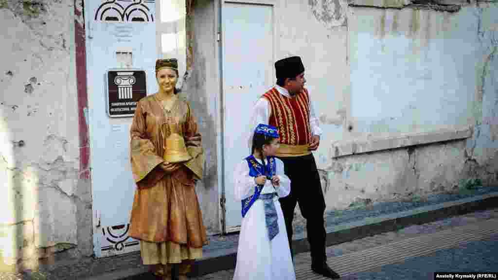 Турецкие бани «Малого Иерусалима». «Бронзовая банщица» – девушка из местного театра живых статуй