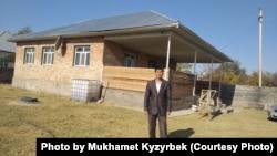 После того как жену задержали в Китае, Мухамет переехал из Алматы в Сарыагаш, чтобы заработать на жизнь. Он купил землю и построил дом. Однако оказалось, что есть проблемы с документами на землю, поэтому он не может оформить дом.