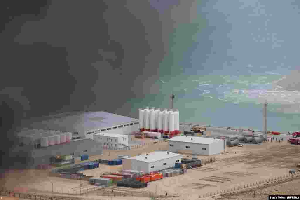 Спасательные службы Прикаспийских государств проводят операцию по предотвращению распространения ядовитых химических веществ после возникновения «пожара» на особо опасном объекте в порту Баутино.