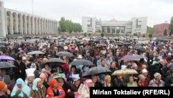 Площадь Ала-Тоо, Бишкек, 24 апреля 2013 года.