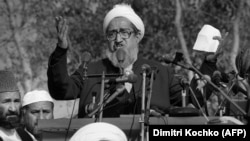 Sibghatullah Mojaddedi addresses a crowd of mujahedin in Peshawar in January 1987.
