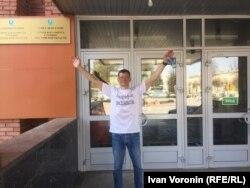 Константин Фокин у входа в здание местной администрации