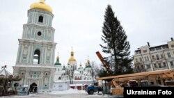 Так встановлювали ялинку на Софійській площі в Києві 2016 року