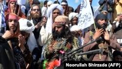 Afganistanski talibanski militanti zajedno sa seljanima proslavljaju mirovni dogovor u distriktu Alindžar provincije Ladžam, 2. mart