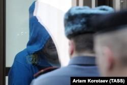 Сотталушы Владимир Барсуков (Кумарин) өзіне шығарылған үкімді тыңдап тұр. Мәскеу, наурыз, 2012 жыл.