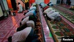 Мусульмане в мечети в Мьянме. 1 июля 2014 года.
