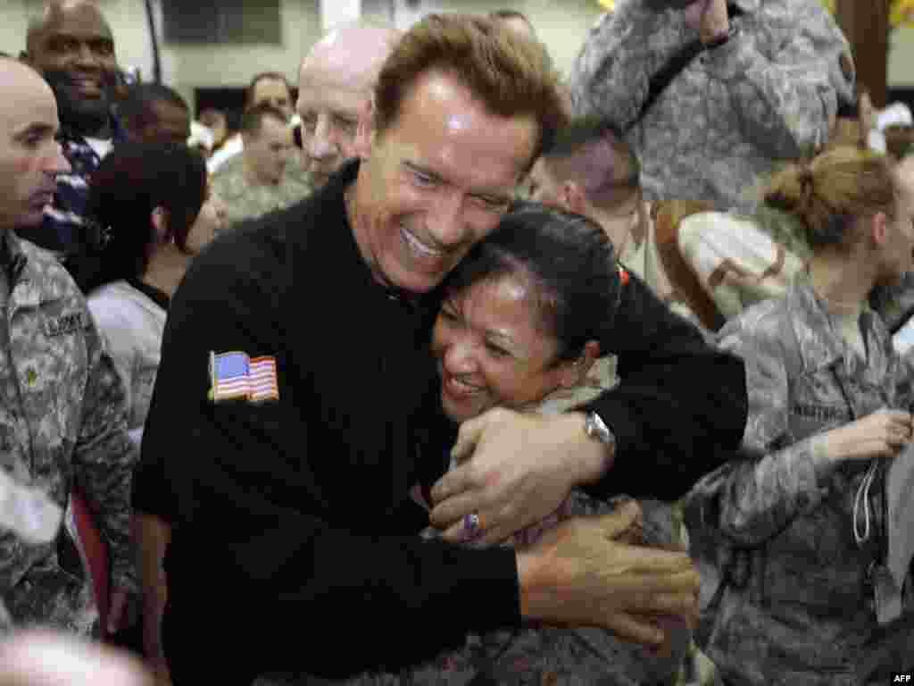 Губернатор Калифорнии Арнольд Шварценеггер поднимает боевой дух американских солдат в Ираке