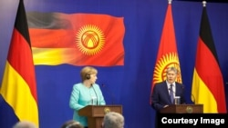 Germaniýanyň kansleri Angela Merkel (ç) we Gyrgyzystanyň prezidenti Almazbek Atambaýew (s), Bişkek, 14-nji iýul, 2016.