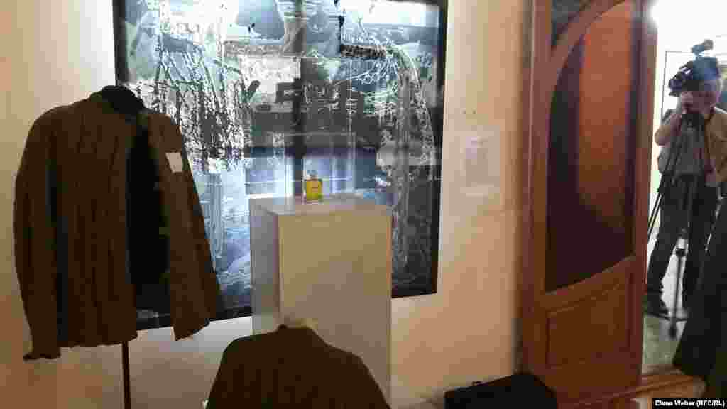 """Алмагүл Меңлібаеваның """"Шанель № 5"""" деп аталатын инсталляциясына АЛЖИР (Карлаг құрамындағы """"отанын сатқандардың әйелдеріне арналған Ақмола лагері"""") тұтқыны болған әйелдің тағдыры негіз болған. Совет билігі кешкі сәнді көйлек киіп, француз әтірін себінген ол әйелді театрда тұтқындап, лагерьге қамаған."""