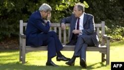 Государственный секретарь США Джон Керри беседует с министром иностранных дел России Сергеем Лавровым. Париж, 14 октября 2014 года.