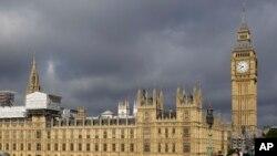 У здания британского парламента в Лондоне.