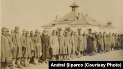 Prizonieri Centrali la infirmeria din Răcăciuni, 1918. Sursa: Andrei Șiperco (ed.), Tragedii și suferințe neștiute...., 2003 (AFB, E 2020 Schachtel nr. 111).