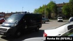 Dolazak automobila sa otpuženim pred sudnicu, foto: Novka Ilić