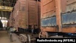 В таких вагонах-теплушках досі змушені перебувати військові під час супроводу техніки на фронт