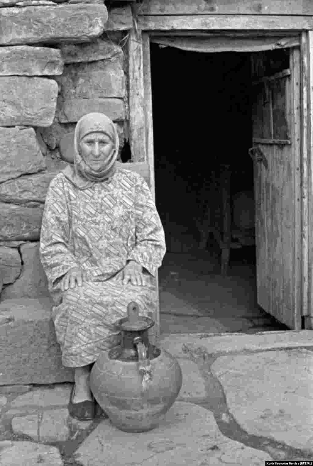 Пожилая женщина с кувшином в селе Итум-Кали (Аргунское ущелье).