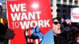 Федеральные служащие митингуют в Вашингтоне