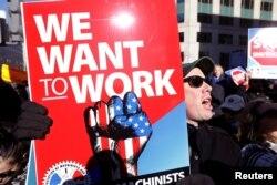 Федеральные служащие протестуют против приостановки деятельности госслужб 10 января 2019 года