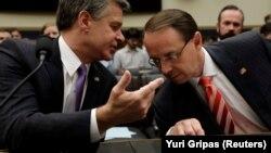 FTB-nin direktoru Christopher Wray (solda) və baş prokurorun müavini Rod Rosenstein 28 iyun dinləməsində