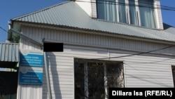 Здание, где расположен офис неправительственной организации «Сана Сезим», при помощи которой был открыт специальный центр для жертв торговли людьми. Шымкент, 10 мая 2017 года.