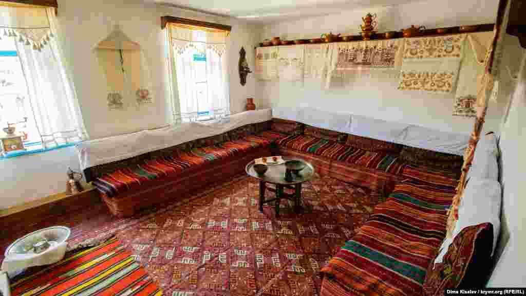 І ось одна з них – musafirhane, кімната для гостей. Найкрасивіший посуд і прикраси, а також рушники, які вишивала незаміжня дівчина як придане, перебували саме тут. Якщо гості залишалися на ніч, то їм стелили на підлозі в цій же кімнаті. До слова, в ті часи на підлозі спали всі